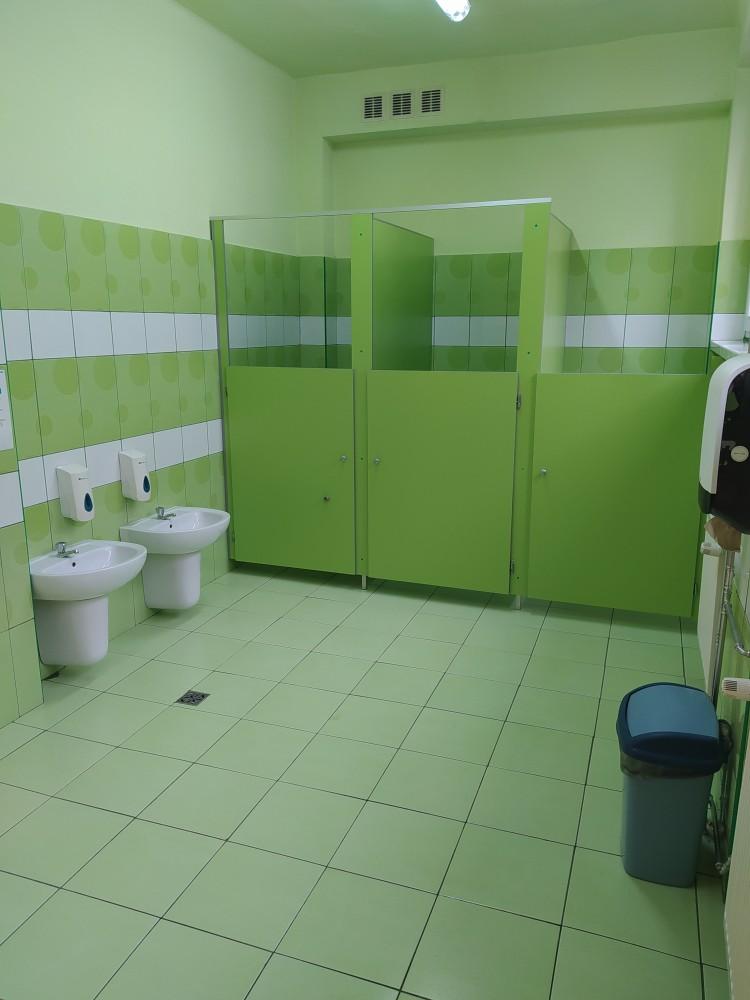 Zdjęcie przedstawia toalety dla dzieci i umywalki.