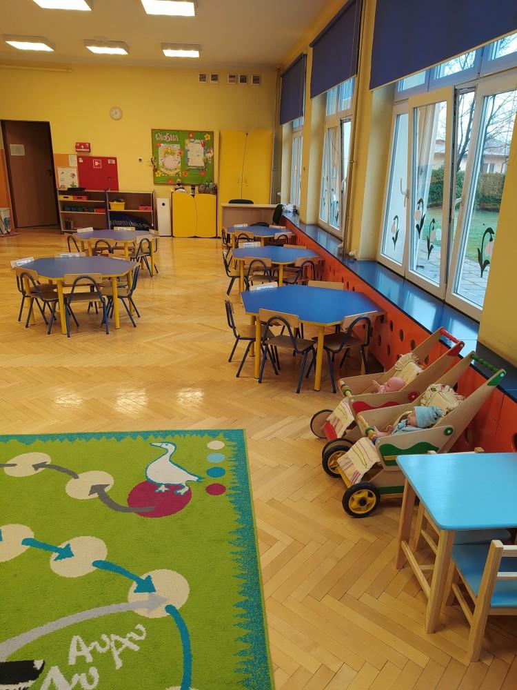 Zdjęcie przedstawia stoliki dla dzieci i wózki z lalkami.