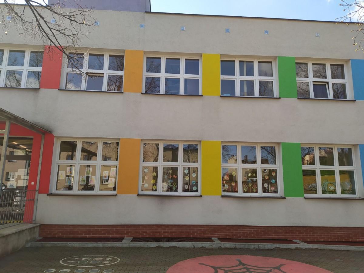 Zdjęcie przedstawia budynek przedszkolny z galerią prac.