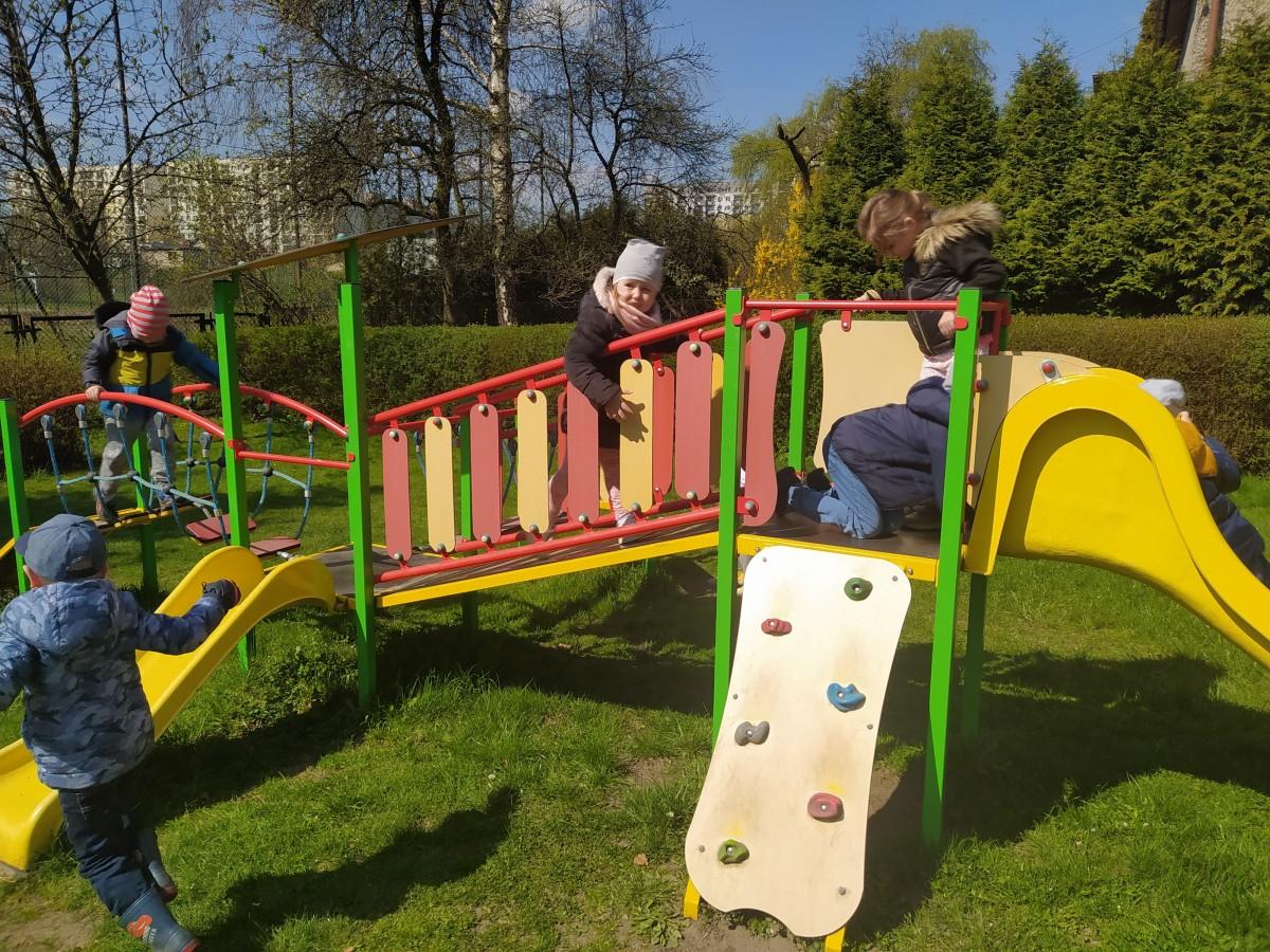 Zdjęcie przedstawia dzieci bawiące się na zjeżdzalni.