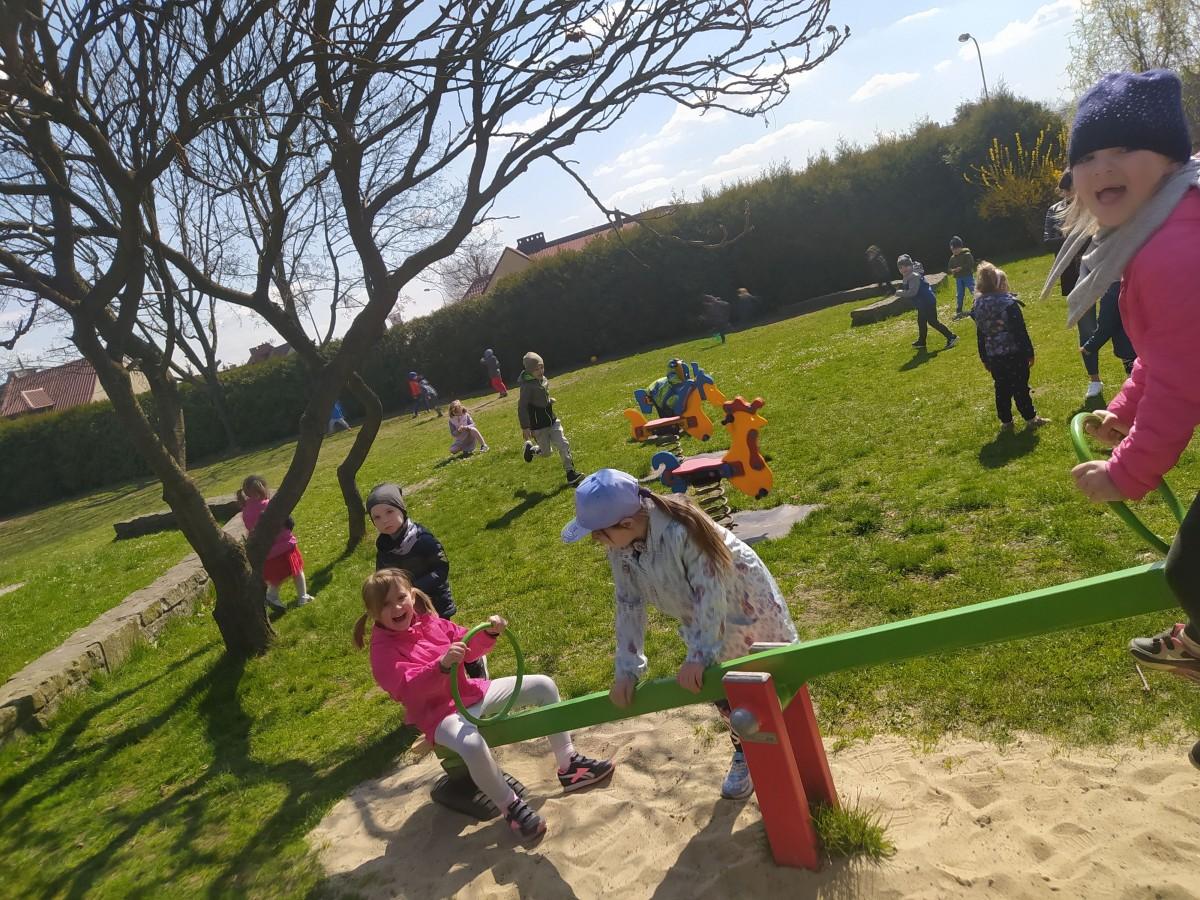 Zdjęcie przedstawia dzieci bawiące się na koniku.